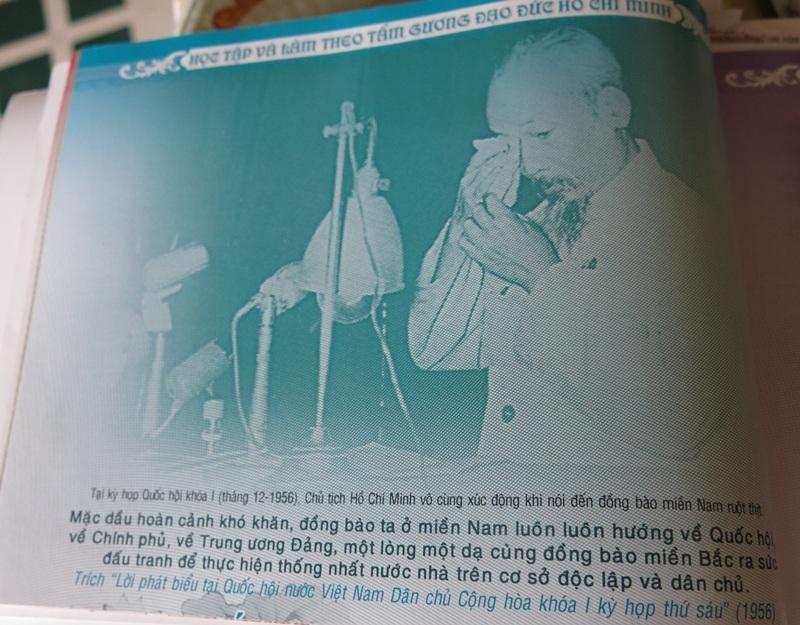 Cụ Nguyễn Dần, năm nay 102 tuổi, vẫn hàng ngày sưu tầm, ghi chép tư liệu về Bác Hồ