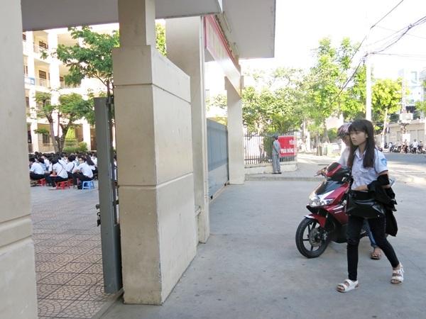 Phụ huynh đưa con em đến trường thi