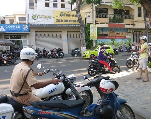 Lực lượng chức năng trực đảm bảo trật tự an toàn giao thông xung quanh các điểm trường thi