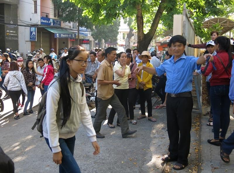 6h sáng tại Đà Nẵng, nhiều phụ huynh và thí sinh đã đến các điểm trường làm thủ tục dự thi