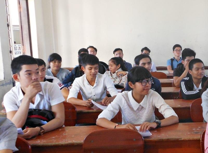 Thí sinh đến làm thủ tục dự thi tại điểm trường THPT Trần Phú - Đà Nẵng sáng nay, 30/6