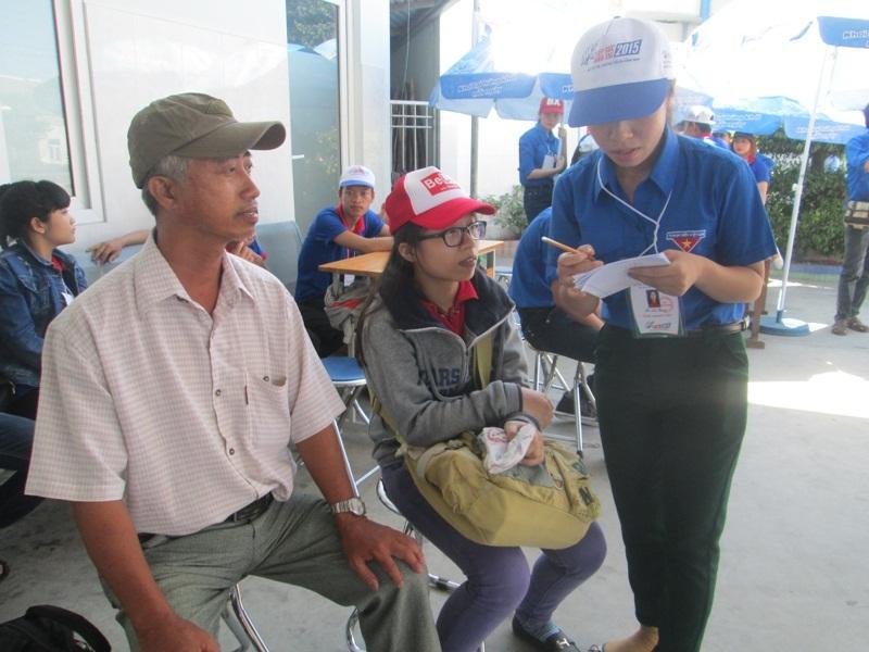 Tình nguyện viên hỗ trợ thí sinh và người nhà tại Bến xe Đà Nẵng