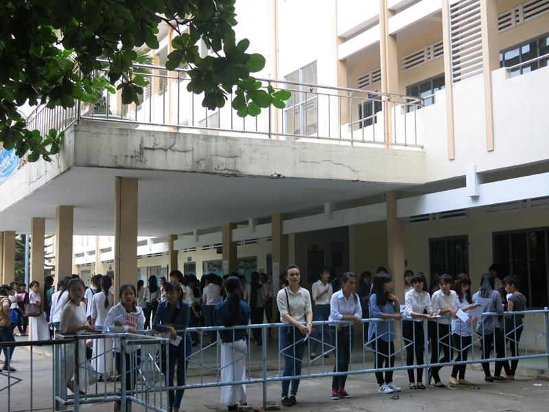 Các thí sinh đến sớm chờ dự thi Năng khiếu GD Mầm non ở ĐH Sư phạm Đà Nẵng