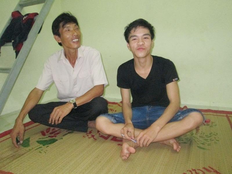 Thí sinh Nguyễn Văn Ý và bố của một người bạn ở cùng phòng trọ thi THPT quốc gia.