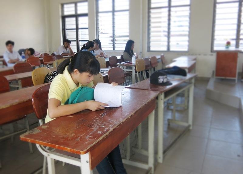Ráng xem lại bài vở trước buổi thi. (Ảnh: Khánh Hiền)