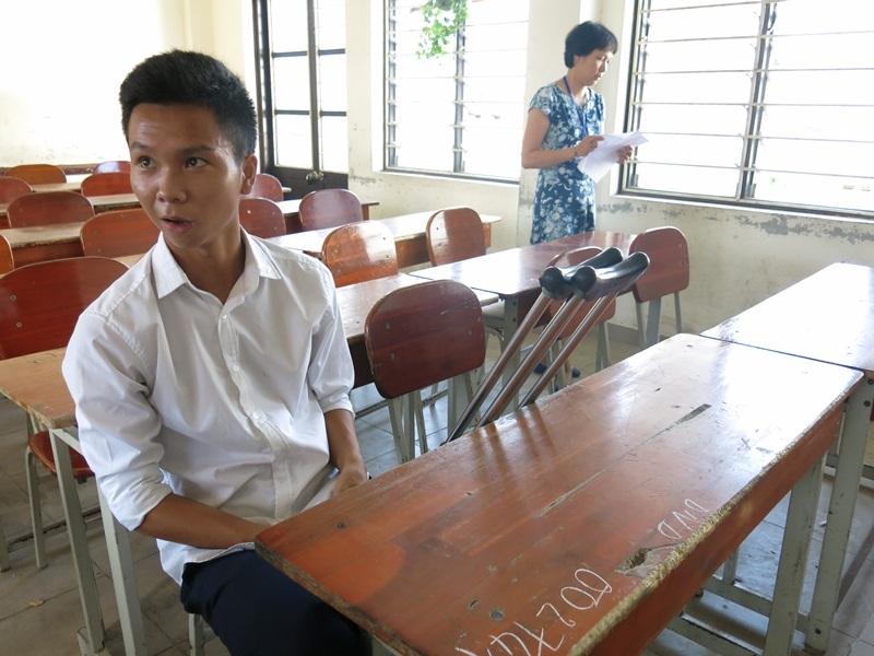 Dù phải chống nạng đi thi, nhưng thí sinh Trung vẫn khá thoải mái trước buổi thi môn Toán