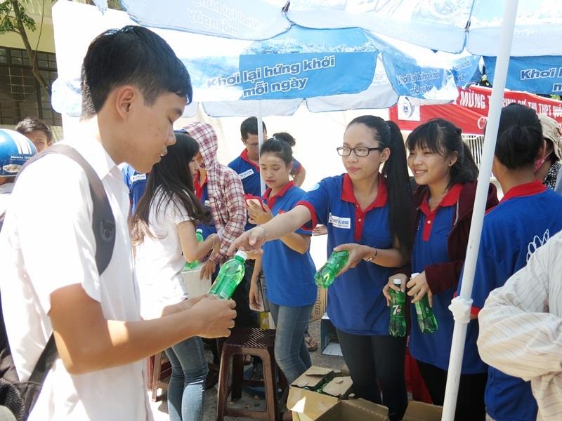Các tình nguyện viên chuẩn bị sẵn nước uống đóng chai tiếp sức thí sinh ngay sau buổi thi