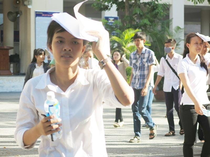 Thí sinh kết thúc buổi thi môn Văn trong thời tiết nắng nóng gay gắt ở Đà Nẵng
