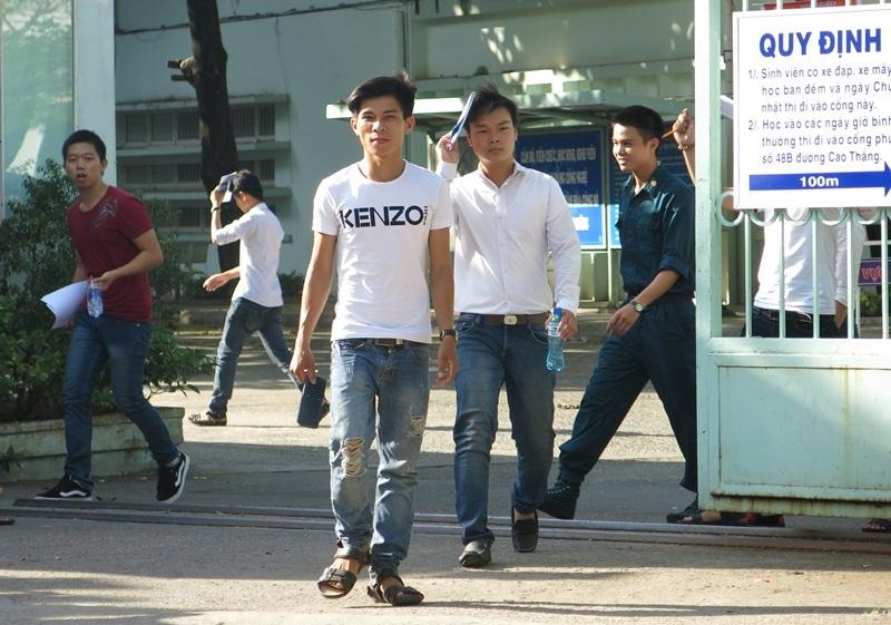 Các thí sinh vừa hoàn tất buổi thi môn Vật lý tại Đà Nẵng.