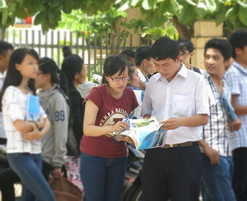 Thí sinh trao đổi về bài làm sau buổi thi môn Địa lý (Ảnh: Khánh Hiền)