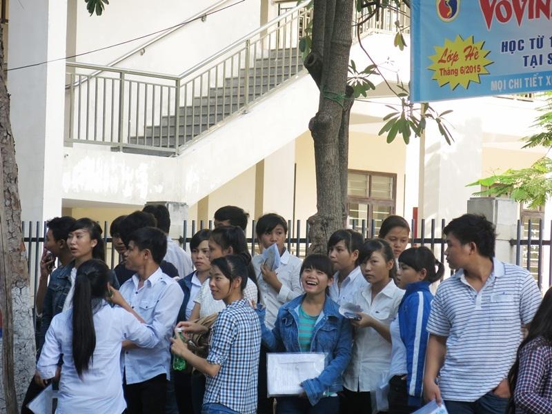 Nhà trường thuê xe đón thí sinh về quê sau buổi thi cuối