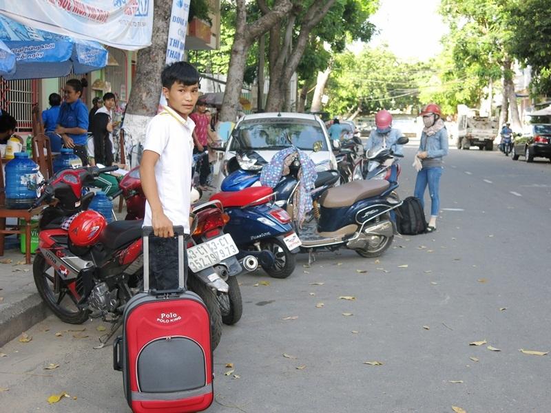 Rất nhiều phụ huynh ở Quảng Nam đưa đón con ra Đà Nẵng thi bằng xe máy (Ảnh: Khánh Hiền)
