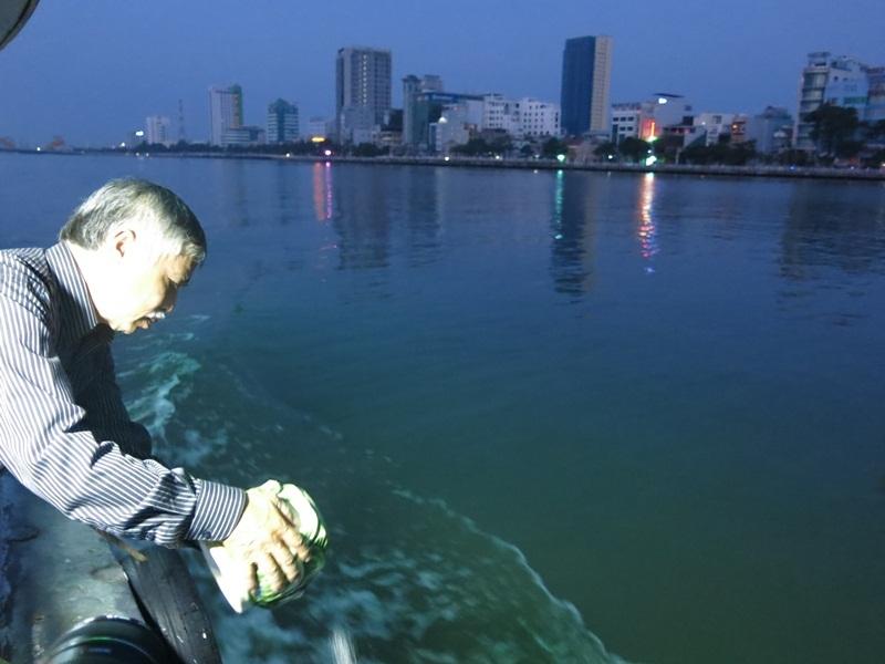 Gia đình đưa tro cốt cố nhạc sỹ về với sông Hàn theo di nguyện của người đã khuất
