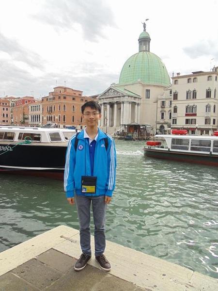 Vũ Đình Quang Đạt chụp ảnh lưu niệm tại Ý khi tham dự Olympic Tin học quốc tế năm 2012.