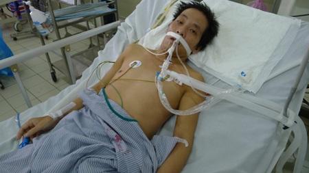 Bị bệnh nhược cơ (chân tay không cử động và không thở được) nên anh Ngởi phải vào viện cấp cứu