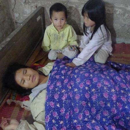 Hai đứa con thơ, một đứa lên 5, một đứa hơn 2 tuổi không biết bấu víu vào đâu khi mẹ đau ốm