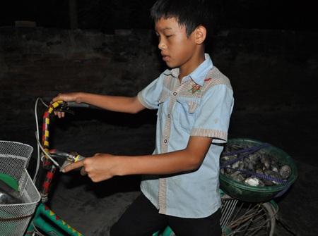 Công việc hàng ngày của cậu bé Hà là đi mò trai từ 5 giờ sáng đến tận tối mịt mới về.