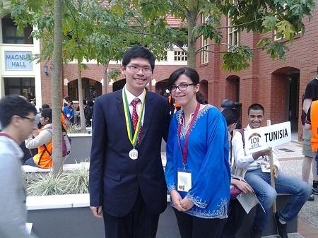 Đạt chụp ảnh kỉ niệm trong kì thi Tin học quốc tế vừa qua được tổ chức tại Australia