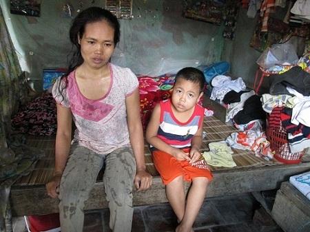 Chồng mất đã 8 năm, gánh nặng gia đình dồn hết lên vai người phụ nữ khốn khổ.