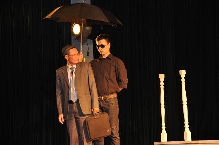 Ông Uy với ô dù và tiền bạc mong muốn đổi trắng, thay đen bởi lí luận không có pháp luật.