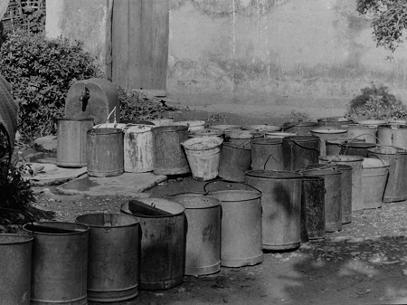 Hà Nội xưa những ngày mất nước nên các gia đình phải xếp thùng lấy nước ở nơi công cộng.