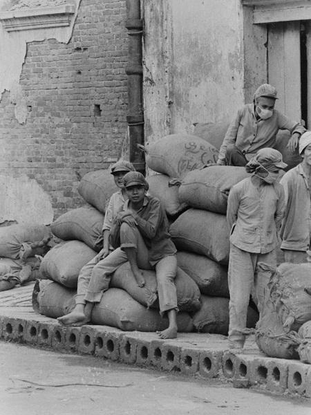 Hình ảnh những công nhân xay gạo đường Đào Duy Từ.