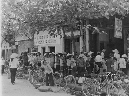 Thời bao cấp, mọi người xếp hàng chờ mua rau quả.