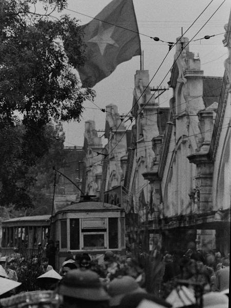 Chợ Đồng Xuân thời đó vẫn đủ 5 nhịp mái, cửa chợ và ga tàu nên rất đông đúc.