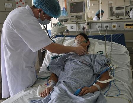 Ở khoa Hồi sức tích cực, bệnh nhân được lọc máu thận nhân tạo, thở máy và dùng thuốc kháng sinh.