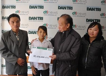 Nhà báo Phạm Huy Hoàn - TBT báo điện tử Dân trí trao quà cho hai anh em Thúy.