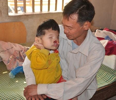 Bố của em, anh Ngô Văn Thái hàng ngày để con ở nhà một mình đi phu hồ đến tối mịt mới về.