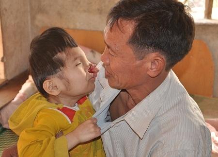 Bố mẹ chia tay, hiện tại Tự đang sống với bố trong cảnh đói nghèo và thiếu thốn đủ thứ.