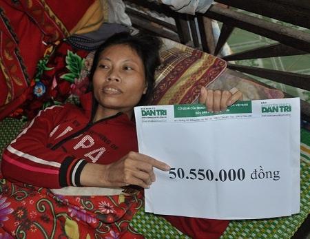 Chị Thao nhận quà bạn đọc Dân trí giúp đỡ.
