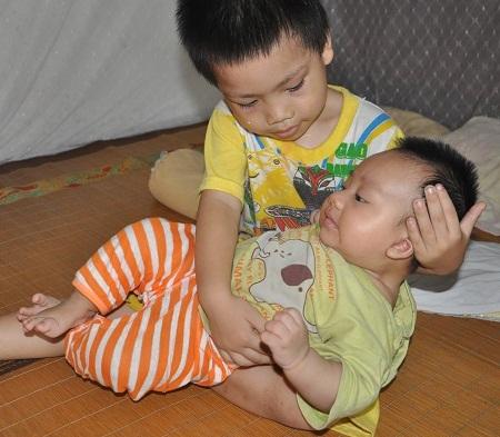Mẹ phải lo đi vay tiền để gửi lên bệnh viện cho bố nên cậu bé Hùng thường xuyên ở nhà trông em.