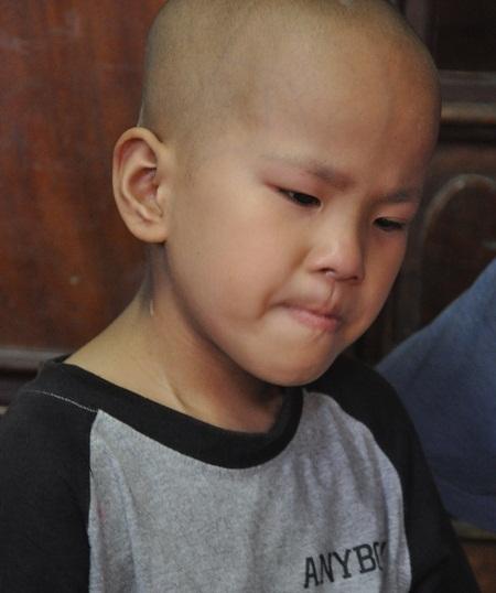Bị u tiểu não gần 2 năm nay khiến tính mạng của cậu bé Kiên trở nên vô cùng nguy kịch.