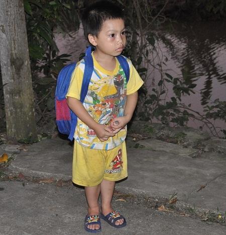 Ngày nào đi học về cậu bé Hùng cũng đứng ở ngõ chờ bố về.