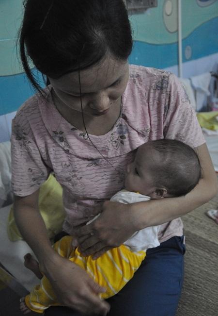 Lo lắng cho căn bệnh của con nhưng chị Nguyệt không biết lấy đâu ra tiền chữa bệnh cho con.