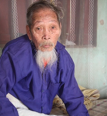 Đã 82 tuổi nhưng cụ Vạn đang là chỗ dựa cho con trai Nguyễn Đức Kế bị ngớ ngẩn.