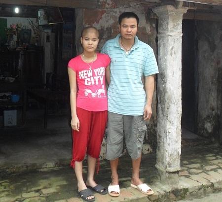 Cuộc sống của hai bố con Ngọc phụ thuộc vào sự cưu mang của bà con xóm làng.