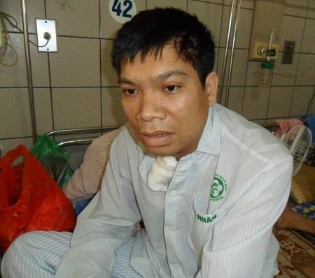 Thương vợ, thương con và không muốn làm gánh nặng nên anh Tuyển muốn xin bệnh viện về nhà.