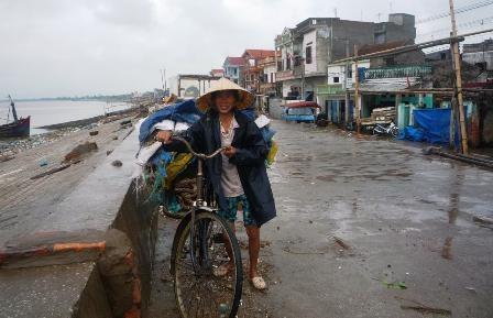 Khẩn trương đưa 8 ngư dân mắc kẹt vào bờ    - 4