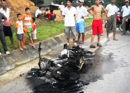 Hoảng hốt vì xe đang chạy bỗng dưng bốc cháy