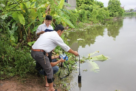 Cán bộ Sở tài nguyên và Môi trường kiểm tra mẫu nước tại hồ Đình Tràng.