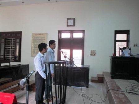Bị cáo Nguyễn Thanh Hải (trái), Nguyễn Tiến Cường trước vành móng ngựa.