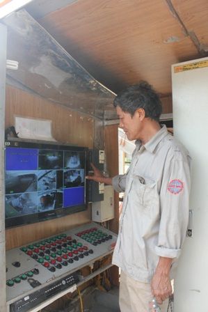 Kỹ sư Lại Minh Chức nói về quy trình hoạt động cảu rác thải qua 7 đầu ra đều được gắn camera.