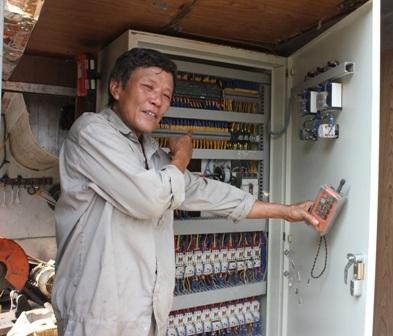 Chỉ cần chiếc điều khiển từ xa và 2 nhân công thì chiếc máy có thể vận hành một cách trơn tru.