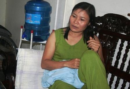Chị Lê Thị Hằng kể lại vụ việc với phóng viên.