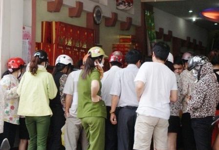 Một cửa hàng bánh gia truyền có đến hàng trăm người chen chân nhau mua bánh.