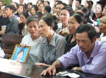 Người thân mang di ảnh của Đạt đến tòa.
