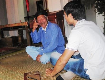 Ông Nguyễn Văn Vẹn - người trông coi Phủ thờ kể chuyện về sự tích cá Ông.